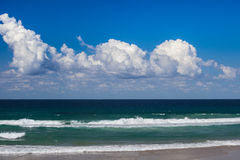 Ondes d'océan dans le paradis de surfers images libres de droits