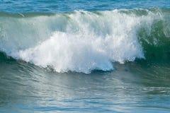 Ondes d'océan et vague déferlante Photographie stock libre de droits