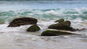Ondes d'océan sur des roches Images libres de droits