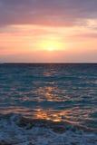 Ondes d'océan sur le lever de soleil Photographie stock libre de droits