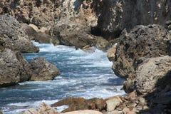 Ondes d'océan tombant en panne sur le rivage photos stock