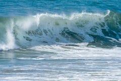 Ondes d'océan et vague déferlante Images stock