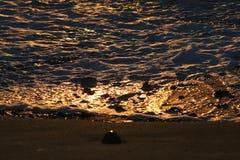 Ondes dans le coucher du soleil images libres de droits