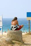 Ondes de attente et vent de jeune de cerf-volant type de surfer Images libres de droits
