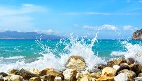Ondes de la mer Baie de Mirabellno, Crète Image libre de droits