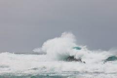 Ondes de tempête se cassant au stationnement national de Tsitsikamma Images stock