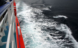 Ondes et bateau de mer Image stock