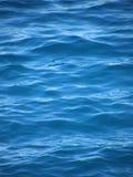 Ondes et ondulations sur la mer bleue Image libre de droits
