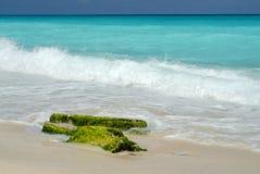 Ondes et roche de bord de la mer   photo libre de droits