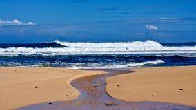 Ondes outre de la côte de Kaua'i Photos stock