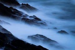 Ondes se cassant sur des falaises Image libre de droits