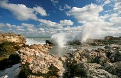 Ondes se cassant sur des roches en mer Photographie stock libre de droits