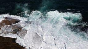 Ondes se cassant sur la côte rocheuse Photo stock