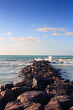 Ondes se cassant sur la plage rocheuse Photos libres de droits