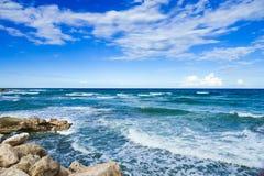 Ondes sur la mer Photographie stock libre de droits