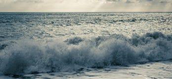 Ondes sur la Mer Noire photographie stock libre de droits