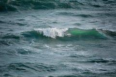 Ondes sur la mer photographie stock