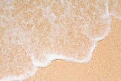 Ondes sur la plage à pattaya, Thaïlande Photographie stock libre de droits