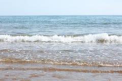 Ondes sur la plage Photos libres de droits