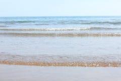 Ondes sur la plage Photos stock