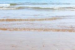Ondes sur la plage Images libres de droits