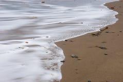 Ondes sur la plage de Sandsend Image libre de droits