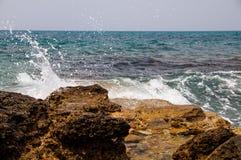 Ondes sur la roche Photo libre de droits