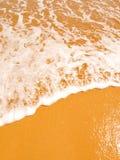 Ondes sur le sable doré Images stock