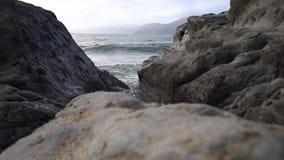 Ondes tombant en panne sur la plage clips vidéos