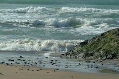Ondes tombant en panne sur la plage Photo libre de droits