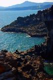 Ondes tombant en panne sur le bord de la mer de Jeju. photographie stock libre de droits
