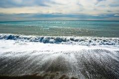 Ondes tombant en panne sur le rivage Image libre de droits