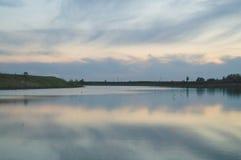 Ondiep die meer met waterplanten wordt overwoekerd Stock Foto