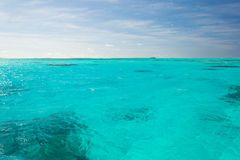 Ondiep koraalrif in turkoois transparant water, Aitutaki, Cook Islands stock foto's