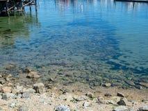 Ondiep tropisch water op een dokgebied met rotsen het rusten royalty-vrije stock foto's