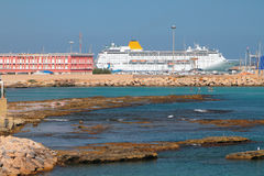 Ondiep waterbaai en cruisevoering in haven Porto Torres, Italië stock foto's
