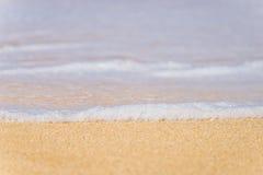 Ondiepe diepte van gebied, close-up die van zeewater omhoog kust schuimen Royalty-vrije Stock Fotografie