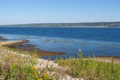 Ondiepe kust van Volga rivier op de zomerochtend Royalty-vrije Stock Afbeeldingen