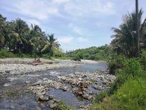 Ondiepe rivier die door tropisch landschap op Mindoro, Filippijnen vloeien royalty-vrije stock afbeelding