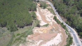 Ondiepe rivier met de kuilen van de gruisextractie op banken hogere mening stock footage