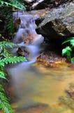 Ondiepe waterfal met kalme water lange blootstelling Royalty-vrije Stock Afbeelding