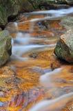 Ondiepe waterfal met kalme water lange blootstelling Royalty-vrije Stock Foto's