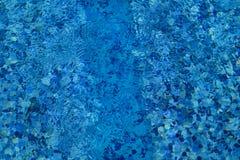 Ondinha e fluxo inferiores dos cáusticos da piscina com fundo das ondas Superfície da piscina azul, fundo da água foto de stock