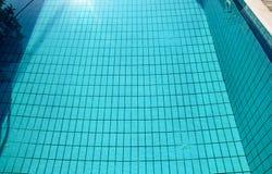 Ondinha e fluxo inferiores dos c?usticos da piscina com fundo das ondas Superf?cie da piscina azul, fundo da ?gua imagens de stock
