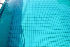 Ondinha e fluxo inferiores dos c?usticos da piscina com fundo das ondas Superf?cie da piscina azul, fundo da ?gua fotos de stock royalty free