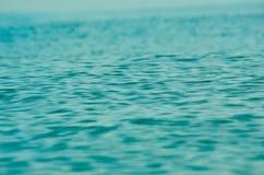 Ondinhas da água azul fotografia de stock royalty free
