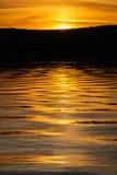 Ondinhas douradas da água Fotografia de Stock