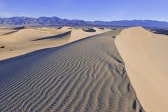 Ondinhas e sombras em dunas de areia, o Vale da Morte, parque nacional Imagem de Stock Royalty Free