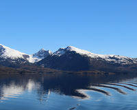 Ondinhas na água do litoral de Alaska fotos de stock royalty free