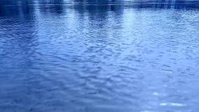 Ondinhas na ?gua, o vento Azul brilhante, ciano, claro - cores azuis Carca?a video din?mica filme